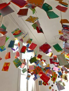 Les enfants de L'Atelier de Charenton avaient peint 600 mini-tableaux en décembre, dans le cadre d'un projet avec la créatrice Sophie Cuvelier, créatrice de guirlandes artisanales et colorées. La guirlande est prête !