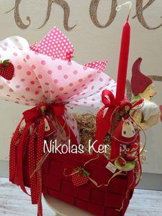 Πασχαλινό καλαθάκι με νάνο ξύλινο διακοσμητικό, σοκολατένιο αυγό & λαμπάδα φραουλίτσα. www.nikolas-ker.gr Easter Projects, Easter Crafts, Gift Wrapping, Candles, Gifts, Gift Wrapping Paper, Presents, Wrapping Gifts, Candy
