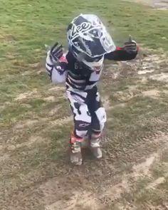 Kid is hyped! Motocross Love, Motorcross Bike, Girl Dirtbike, Moto Cross Ktm, Motorcycle Couple Pictures, Kawasaki Dirt Bikes, Motocross Championship, Dirt Bike Quotes, Bike Humor
