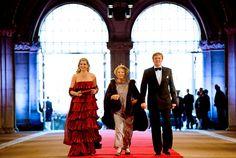 Prinses Máxima en prins Willem-Alexander arriveren met koningin Beatrix bij het Rijksmuseum voor het afscheidsdiner van de koningin.