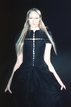 Olivier Theyskens -- s/s 1999 Dark Fashion, Minimal Fashion, High Fashion, Gothic Fashion, Lavandula, Punk, Looks Chic, Couture Fashion, Vintage Fashion