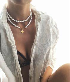 Naszyjnik z pereł slodkowodnych, nieregularnych. Wykonany ze srebra pozlacanego, ze wstawką z tanzanitów. Zapinany jest na kilka sposobow. Ma zawieszkę w ksztalcie monetki, może być noszony jako podwójny lub pojedynczy sznur pereł. Dlugość ok 80 cm Blond, Jewellery, Jewels, Schmuck, Jewelry Shop, Jewlery, Jewelery