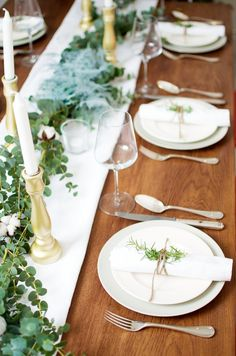 I absolutely LOVE this Christmas table styling. Wonderful Christmas decoration and tablesetting.