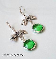Orecchini con fiocco e cristallo sintetico verde  #earrings #jewels #jewel #bijoux #fiocco #bow #ribbon #verde #green #orecchiniverdi #greenearrings #love #romanticjewels #ibijouxdielisa #fashion #bijoux #jewels #costumejewelry