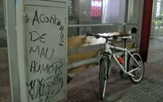 'Acordamos de mau humor', diz a pichação em um ponto de táxi próximo à Prefeitura de São Paulo. 18/06/2013.
