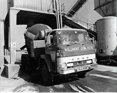 Caught in time at Willment Concrete. Durnsford Road Wimbledon in This 1974 Ford 'D' series concrete mixer just leaving the ballast hopper. Old Lorries, Mixer Truck, Concrete Mixers, Vintage Trucks, Classic Trucks, Cool Trucks, Fiat, Cars And Motorcycles, Cement