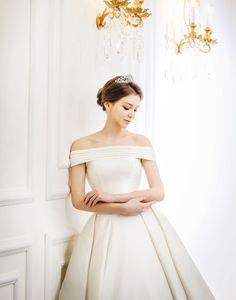 Kenneth Blanc. 논현동에 위치한 디테일이 살이있는 수입드레스 전문, 합리적인 웨딩드레스샵 Queen Dress, Jimmy Choo, Wedding Styles, One Shoulder Wedding Dress, Wedding Gowns, Dress Models, Disney Quotes, Bride, Princess