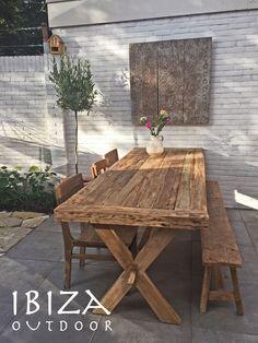 Leuke foto ontvangen uit Amsterdam met in de achtertuin de robuuste tuintafel, oud houten bankje, ibiza tuinstoelen en oud houten wandpaneel staat erg leuk! Bij interesse mail naar ibizaoutdoor@gmail.com ook voor een afspraak in de loods.
