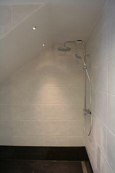 Afbeeldingsresultaat voor douche onder schuin dak