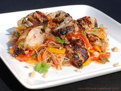 Chili und Ciabatta: Glasnudelsalat mit marinierten Hähnchenschenkeln