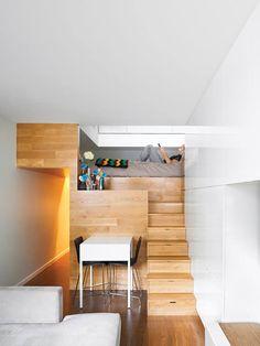 1999年搬到紐約,從事商業經營和法務工作的業主,2002年決定成為獨立顧問,並且想在家裡工作。買下位於曼哈頓的這個公寓慢慢進行改裝,讓它成為適合自由工作者居住和上班的行動辦公室兼住家。狹小的公寓空間先解決收納問題,利用架高的空間作為床舖,並利用樓梯設計收納,把剩下的空間都給了工作區域和小型客廳,讓行動工作者擁有最棒的自由舞台。 via Pozner Residence