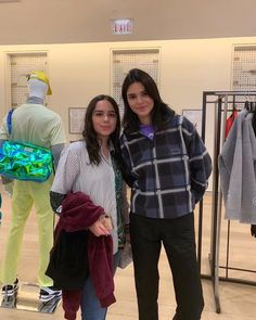 kendall with a fan. Kendall Jenner Tumblr, Kendall Jenner Outfits, Kendalll Jenner, Kardashian Jenner, Kardashian Photos, Jenners, Tall Girls, Honey Bunny, Italy Fashion