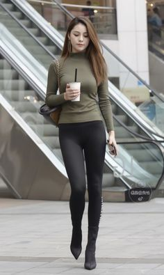 A suitable leggings, a sultry look Sporty Girls, Sporty Outfits, Mode Outfits, Tights Outfit, Leggings Fashion, Walking Poses, Figure Poses, Pinup Girl Clothing, Look Girl