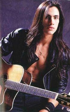 Nuno Bettencourt -- he has/had prettier hair than me! Pretty Men, Gorgeous Men, Pretty Boys, Beautiful People, Nuno Bettencourt, 80s Hair Bands, Native American Men, Attractive People, Good Looking Men