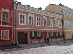 Brummerin talo (Jean Wiik) - Merikapteeni Kåhlmanin rakennuttama v.1823.Talon tontti on ollut olemassa jo 1600-luvulla.Kåhlmanin jälk.talon omisti H.J.Falkman.Nimensä rakennus on saanut hovineuvos Carl Brummerin mukaan.Hänen omistuskaudellaan Falkmanin poika,taidemaalari Severin Falkman rakennutti pihan puolelle ateljeen v.1887 (Theodor Höijer). Photo: Hyperboreios