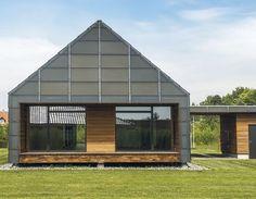 Dette vedligeholdelsesfri hus er opført i moderne materialer, som er udviklet til at have en lang levetid. Huset er sammen med 5 andre huse en del udviklingsprojektet 'MiniCO2 Husene', som Realdania Byg står bag. Og formålet er mindre CO2 i fremtidens byggeri. Se og læs om huset her.