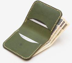 植物性タンニン鞣しの革を使ったハンドメイドの革財布。麻糸でしっかり手縫いされているので、丈夫で長く使うことができます。小銭入れ付きで便利です。