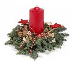 Weihnachtliches Gesteck auf Nobilisgrün, einer großen roten Kerze 12cm hoch,7cm dick, und rot gehaltener Deko