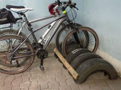 Old tires, some nails and 2 pieces of scrap wood = Multi-bike rack and less trash in landfills. Diy Bike Rack, Bicycle Storage, Bicycle Rack, Bike Hanger, Garage Organization, Garage Storage, Garage Velo, Bike Parking Rack, Bike Repair Stand