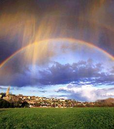 L'arc-en-ciel est un phénomène optique et météorologique dû au passage de la lumière du soleil dans des gouttes de pluie