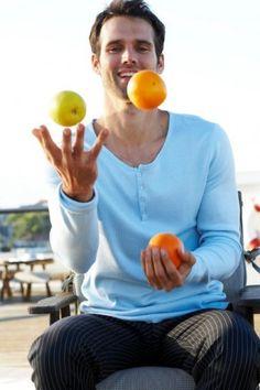 Žongliranje, igranje, dečko, voće, foto: Profimedia