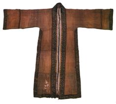 Song Dynasty. Beizi. Over-dress made from crepe fabric. From Huang Shen's tomb of Southern Song Dynasty, Fuzhou, Fujian Province. [Figure 210 in 5000 Years of Chinese Costume.] [Can also be found online at http://traditions.cultural-china.com/en/15T1475T2324.html]