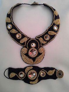 """Set """"apus"""" realizat prin metoda broderiei, cu margelute de nisip aurii, negre si cristale swarovski✔"""