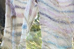 Z volné ruky pletený svetřík - buretové hedvábí.