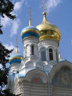 Eglise orthodoxe à Karlovy Vary République tchèque > Bohême occidentale  La Bohême occidentale est connue pour ses villages au riche patrimoine architectural, mais aussi et surtout pour ses villes d'eau qui abritent des stations thermales.