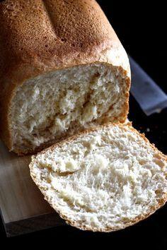 Quand vous trouvez un livre de recettes pour machine à pain qui marchent à tous les coups, vous vous y accrochez :-) C'est mon cas avec le livre Spécial machine à pain de Marabout Chef. Une vraie merveille! Après les muffins anglais, le pain à la semoule, le pain au sarrasin et le pain
