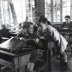 arabamolsamontgiymezdim:  France. The harmonica, circa 1940, Robert Doisneau