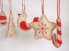Are you bored with your Christmas tree ornaments? We offer you 20 beautiful felt Christmas ornaments ideas which you can craft by yourself. Christmas Makes, Noel Christmas, Homemade Christmas, Beautiful Christmas, Christmas Projects, Felt Crafts, Holiday Crafts, Felt Diy, Felt Christmas Decorations