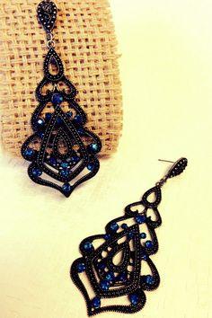 Brinco em bijuteria com acabamento grafite escuro e aplicação de mini cristais azuis na parte inferior