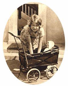 Princess Elizabeth in 1933.  Même la reine a déjà eu 5 ans et joué avec une poupée.