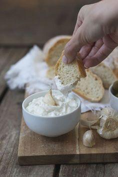 Mallorquinische Aioli Rezept Die Knoblauchmayonnaise (Aioli) ohne Ei wird aus Öl, Milch, Salz, Pfeffer und einem Spritzer Zitronensaft hergestellt.