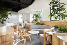 For the interior space, the designers have designed a peaceful and pleasant office garden without changing the original structure of the building, connecting the indoor and outdoor areas naturally and thus creating a new form of boundary.
