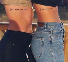 En Mujer de 10 te damos buenas ideas para que puedas hacerte alguno de estos diseños de tatuajes para hermanas, te encantarán #tatuajesbonitos #tatuajesdeamigas Rip Tattoo, Bestie Tattoo, Sister Tattoos, Girl Tattoos, Tatoos, Music Tattoos, Tattoo Flash, Cat Tattoos, Badass Tattoos