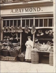 24 Rare Photos of Stores in the Victorian Era - Page 2 of 2 - History Daily Rare Photos, Vintage Photographs, Old Photos, Bags Online Shopping, Discount Shopping, Old Country Stores, Country Store Display, Shop Fronts, General Store