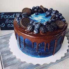 Шоколадный торт со свежей клубникой внутри и сливочно-сырным кремом. Автор instagram.com/foodbook.cake