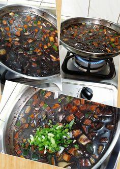 242. (8) 加水後 變大火 切好的蔥+糖+鹽巴 加進去 ( 讓它滾 )