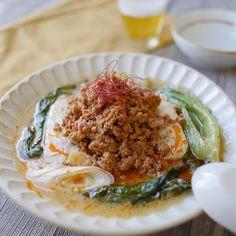 「白ごま坦々湯豆腐」のレシピと作り方をご紹介します。とろとろの湯豆腐もそぼろも全てレンジ調理でできちゃいます!白ごまのなめらかな風味をプラスして、マイルドな辛さに仕上げました。肉そぼろもたっぷりと盛り付けて食べ応え満点のひと品になりますよ♪ Little Bunny Foo Foo, M&m Recipe, Asian Recipes, Ethnic Recipes, Mellow Yellow, Food Menu, Japanese Food, Food Videos, Tea Time