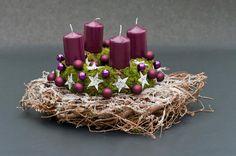 Na wieńcu adentowym mocuje się cztery świece, które zapala się w kolejne niedziele Adwentu