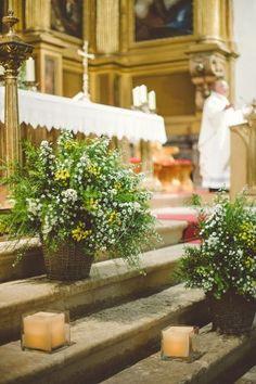 Vasi rustici vicino all'altare