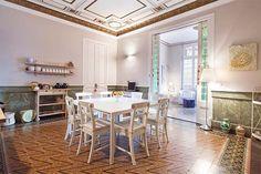 Situado en un edificio emblemático de 1885 en la mejor ubicación de Barcelona, se encuentra este apartamento desde donde podrás llegar en poco minutos caminando a los lugares más pintorescos y famosos de la ciudad. Este apartamento lo hemos adecuado para recibir a viajeros de todo el mundo, donde ofrecerles un entorno familiar y auténtico y donde podrán disfrutar del estilo de vida de esta maravillosa ciudad, en un ambiente agradable, relajado, personalizado y único.