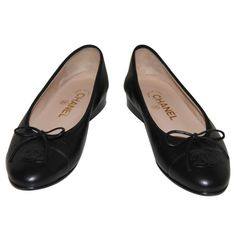 Ballerines noires CHANEL (6,135 MXN) ❤ liked on Polyvore featuring shoes, flats, scarpe, chanel footwear, flat heel shoes, flat pumps, flat shoes and chanel