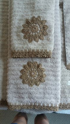 Image gallery – Page 187040190760388749 – Artofit Thread Crochet, Filet Crochet, Crochet Crafts, Crochet Stitches, Crochet Projects, Knit Crochet, Towel Embroidery, Embroidered Towels, Hand Embroidery Designs