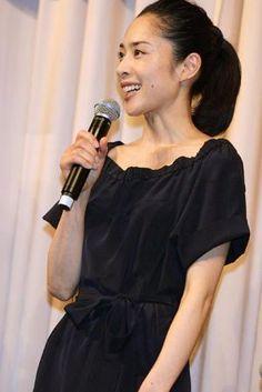 深津絵里 Eri Fukatsu Cold Shoulder Dress, One Shoulder, Pretty Woman, Beautiful Women, Actresses, Formal Dresses, Celebrities, Beauty, Image