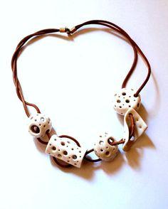 Collar céramico esferas huecas de porcelana por CaprichosdeLeyre