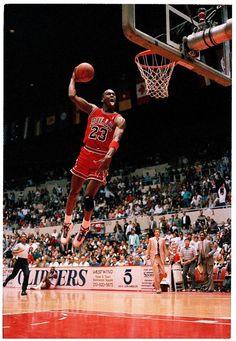 Michael Jordan Classic tongue out for show. Michael Jordan Dunking, Michael Jordan Pictures, Michael Jordan Photos, Michael Jordan Basketball, Basketball Tricks, Basketball Pictures, Sports Basketball, College Basketball, Basketball Players