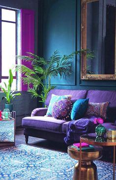 """A esta altura todo mundo sabe que """"Boho"""" vem de  bohème (Francês) que é o habitante da Boêmia. Mas vou falar umas coisinhas interessantes mas que serve ao objetivo –  para você entender o estilo direitinho, além de mostrar 10 salas descontraídas e charmosas nesse estilo. #estilos #decoracao #boho Living Room Green, Living Room Colors, Living Room Sofa, Living Room Designs, Living Area, Small Living, Jewel Tone Living Room Decor, Jewel Tone Room, Jewel Tone Decor"""